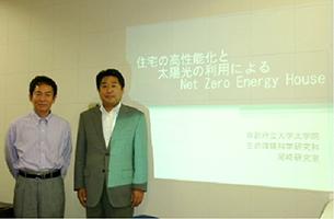 弊社代表取締役会長 西津昌廣(右)京都府立大学 尾崎明仁教授(左)