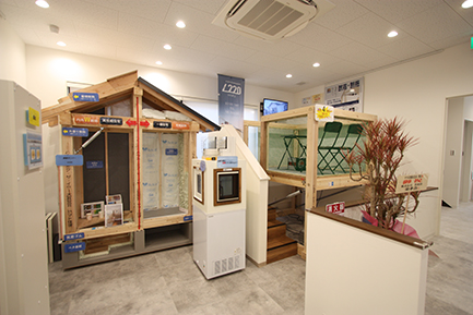住まいのギャラリー堺店の構造模型と耐震体感装置