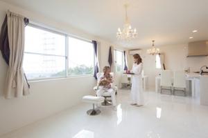 ▲大きな窓と真っ白な壁と床で、明るく開放的な大空間に。