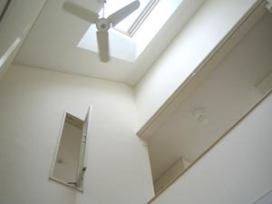 ▲大きな吹抜けの上の天窓からは優しい光りがこぼれる。