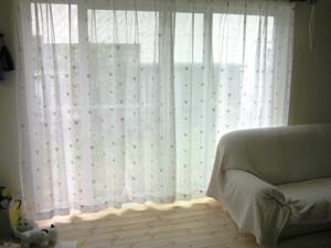 ▲リビングからテラスに出る窓は通常の掃きだし窓のサイズの1.5倍の幅に。大きな窓からは明るい光が射しこみます。