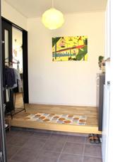 ▲広い玄関ホールには小窓も設けられ、明るくかわいらしく飾られています。