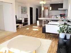 ▲子供たちの健康にも配慮して天然無垢の床材を使用した優しい雰囲気のLDK