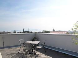 ▲青空の下には琵琶湖が広がり、花火大会も屋上庭園から見物できる。