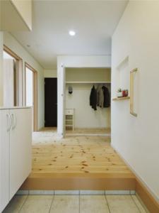 ▲玄関ホール正面には大型のコートクロークを配置