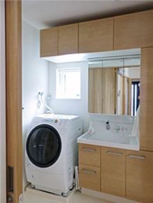 ▲収納を重視した明るく清潔感のある洗面室