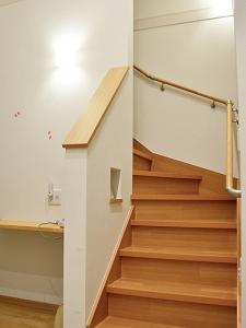 ▲2階リビングから屋上へと繋がる階段横にもカウンターを設置