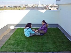 ▲見晴らしの良い屋上庭園は、子どもたちの遊び場としても、家族の憩いの場としても大活躍