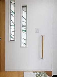 ▲玄関ホールにはおしゃれなステンドグラス