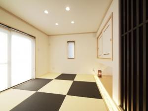 ▲ダウンライトや吊り押入れ、デザイン格子、ライトアップされた砂利敷きがおしゃれな和室はほっこり落ち着く空間に
