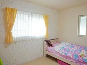 ▲娘さんのお部屋には、可愛いティンカーベルの壁紙