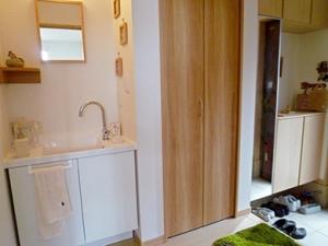 ▲玄関に入ってすぐの洗面台はとても便利