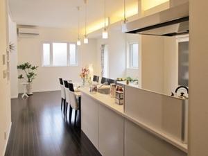 ▲玄関→キッチン→洗面→玄関へと繋がる便利な家事動線を実現。ダイニングにはスタディコーナーも。
