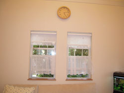 奥様こだわりの窓やカーテンは素敵にお家全体の雰囲気をつくりあげています。窓越しの緑も爽やか。(1階リビング)