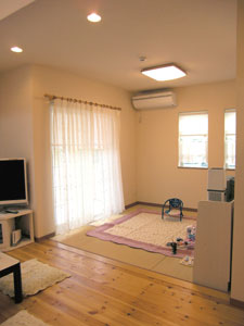 リビング横のご主人希望の畳コーナー。ごろんと一息できる空間です。(1階LDK横)