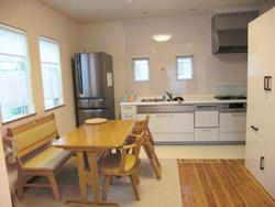 キッチンは空間を広く利用できるようあえて壁際に配置されています(1階LDK)