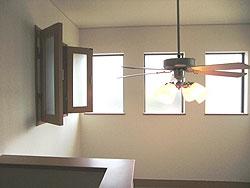 吹き抜けに向かって子供部屋と主寝室に窓をつけ空間が繋がりました。(2階ホール)