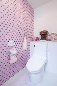 ▲1階トイレのハート柄のクロスは奥様が、それぞれ選びました