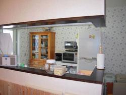 キッチンの壁紙はブルーの小花柄で可愛く清潔なイメージに(1階キッチン)