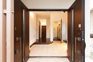 ▲両開きの大きな玄関扉を開けると、広くてスタイリッシュに演出されたエントランスホールが出迎えてくれます。奥は大容量のシューズクローク。