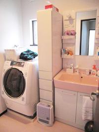洗面化粧室も広々でドラム式洗濯機 も楽々設置でき、収納棚を置いても 余裕です。(1階洗面化粧室)