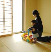 琉球風畳がオシャレな雰囲気の和室は娘さんの遊びスペースに活用。わんぱくざかりの娘さんが転んでも、痛くないのがうれしい