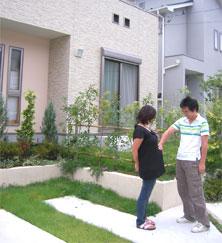 庭にもたっぷりの植栽が。周辺エリアも公園など緑が多い