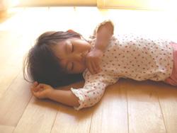 天然無垢材の床は、何も敷かなくてもお子様のお気に入りのお昼寝場所