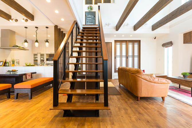 吹き抜け大空間とスタイリッシュなストリップ階段