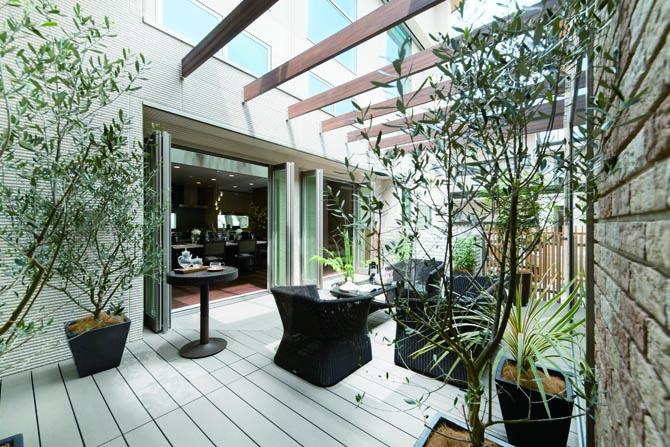 住まいの中心に配置されたリゾート感あふれる中庭