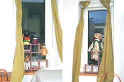 ▲リビングの小窓も、かわいらしいお人形で演出。「おかえりなさい」と出迎えてくれます。