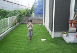 ▲広いお庭もお子様の運動場。芝生が気持ちよくて走り回れます。