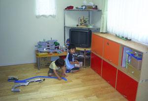 ▲天然無垢の床の上で遊ぶお子様たち。おもちゃで傷ついた床も天然無垢なのですぐに馴染みます。