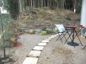 ▲花屋さんにお勤めの奥様だけあってお庭はきれいなお花に囲まれていました