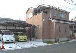 ▲2台がらくらく駐車できるこだわりのカースペース。反対側には駐輪スペースも設けました。