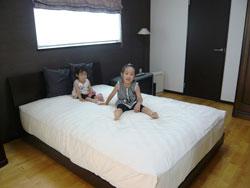 ▲和室で寝ているので、夫婦の寝室はベッドこそ置いてあるものの、普段はお子様たちの遊び場に。(2階主寝室)