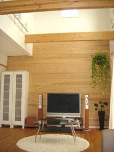 ▲リビングの壁一面にはやさしい風合いの天然無垢材。