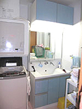 ▲収納は多いほうがいい。と、洗面上にも収納棚を追加