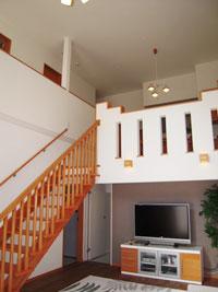 ▲中2階のあるスキップフロア構造は、まるでジャングルジムのように楽しい動線。1階の奥正面扉は半地下ロフトへ、左側扉は和室横のミニキッチンへと繋がります。(1階リビング)