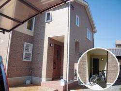 ▲玄関扉の奥には自転車置場。自転車置き場の正面扉は、フリースペースへ繋がります。(外観)