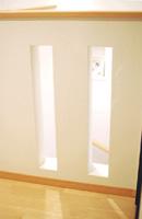 ▲2階ホールの腰壁にはスリットを入れました