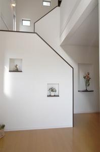 ▲階段は、玄関正面から隠れるようにデザインされ、 ニッチでお洒落に飾られています