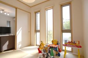 ▲奥様こだわりのデザイン窓から明るい日差しが入る和室