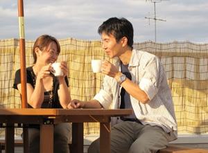 ▲大きな空の下、優しい笑顔でインタビューに答えてくださったT様ご夫妻。