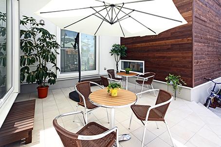 中庭(パティオ)などの屋外と室内空間がフラットに繋がる