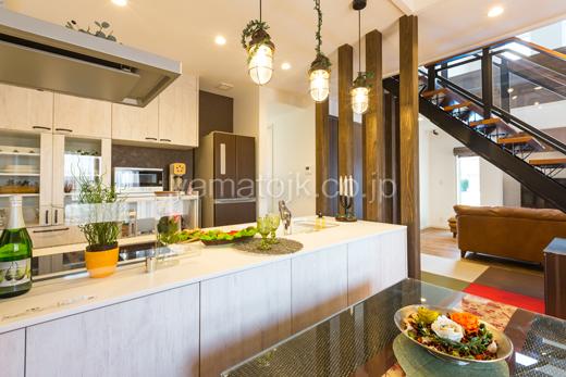 キッチン/ストリップ階段