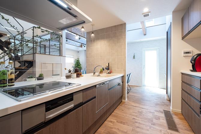 家事動線に配慮した明るいオープンキッチン