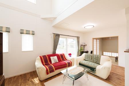 ▲和室とリビングに繋がりをもたせた1階フロアは約90㎡。吹き抜け、デッキスペースも備えた空間にはご家族が永く心地よく暮らせる工夫が盛り込まれている。