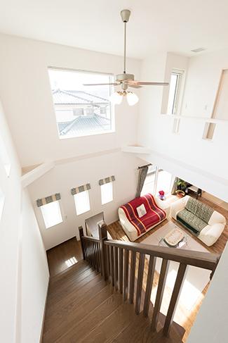 """▲""""家族が出会う""""リビング階段。大きな吹き抜けがあっても全館空調で一年を通して快適な空間が保たれる。"""