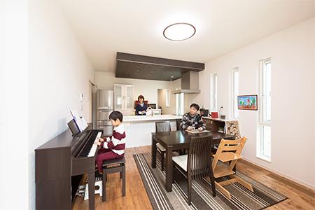 ▲吹抜けリビングに向かって開放感が出るよう、天井をあえて低く設計したキッチン。実際の暮らしを想定して縦辷りにした窓も、こだわりのひとつ。